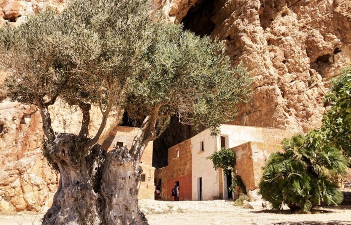 Discover the ancient crafts in the Mangiapane cave in Custonaci
